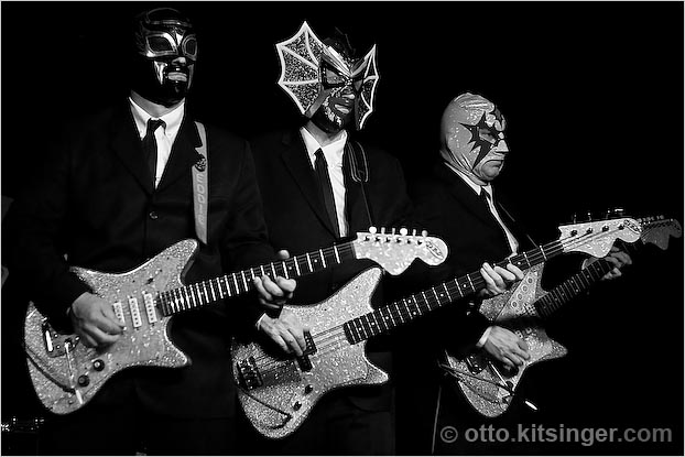 Live concert photo of Los Straitjackets